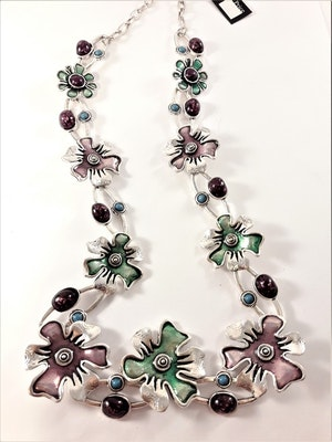 Halsband i silverfärg med detaljrika blommor i multifärg