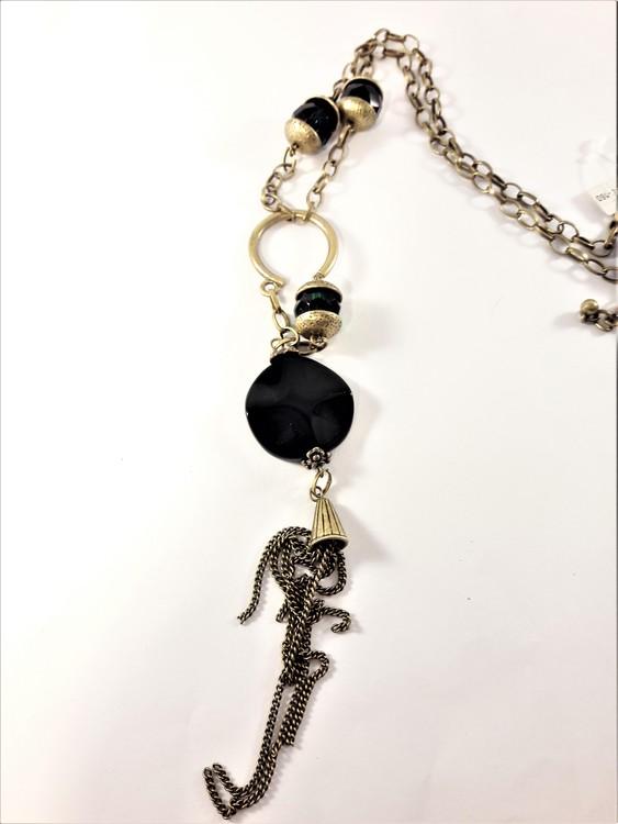 Detaljrikt halsband med kedja och många detaljer i svart och guldfärg