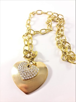Halsband i guldfärg med dubbelhjärta och vita strasspärlor