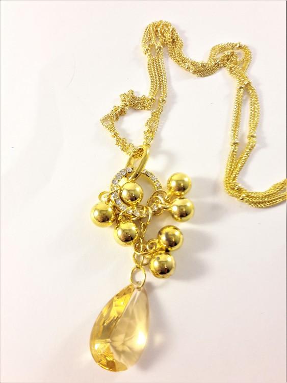 Flerradigt halsband med sten, kulor och strasspärlor i guldfärg och vitt
