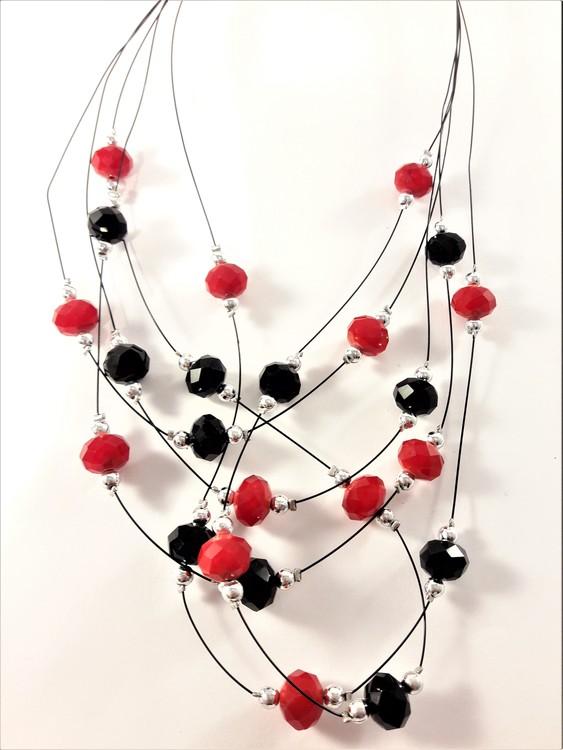 Flerradigt halsband med dekorationer i svart och rött