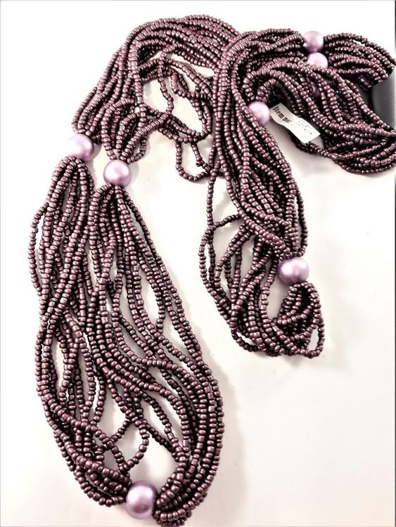 Flerradigt halsband med små pärlor i lila