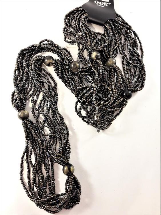 Flerradigt halsband med små pärlor i brunt