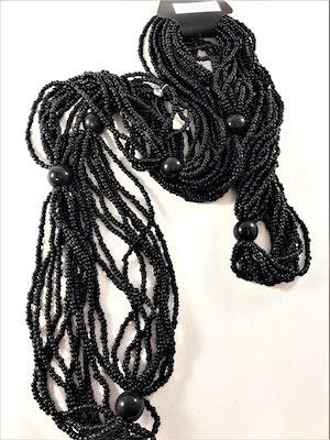 Flerradigt halsband med små pärlor i svart