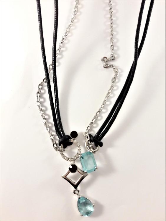 Halsband med hänge med stenar i rött och blått