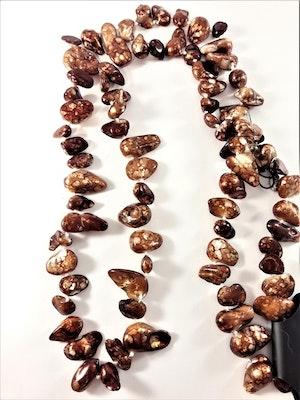 Långt halsband med stenar i brunt melange