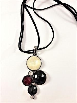 Halsband med hänge med flerfärgade stenar och glittrande strass