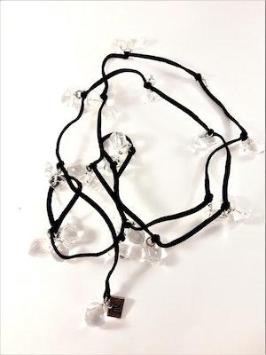 Öppet halsband med mockaband i svart med transparenta detaljer