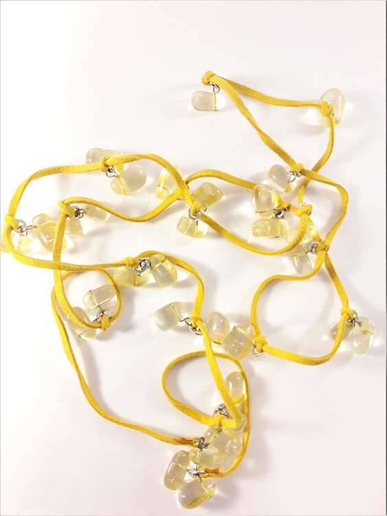 Öppet halsband med mockaband i gult med transparenta detaljer