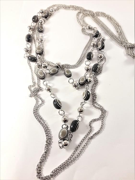 Flerradigt halsband med detaljer i silverfärg