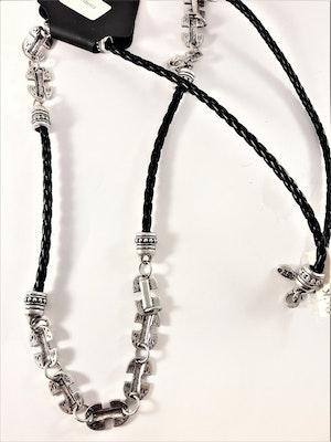 Flätat halsband i svart med silverfärgade detaljer