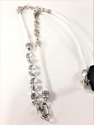 Flätat halsband i vitt med silverfärgade detaljer