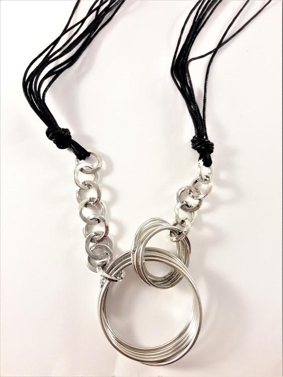 Flerradigt halsband av waxband och ringar i silverfärg