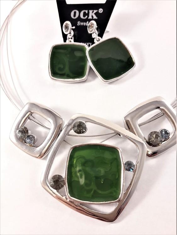 Halskedja med silverfärgade och gröna fyrkantsdetaljer samt matchande örhängen