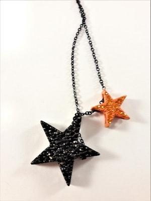 Halsband i svart med 2 glittrande stjärnor i svart och i orange
