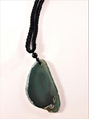 Halsband med natursten som hänge i grönt