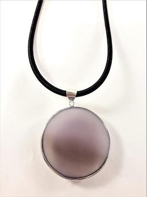 Halsband med rund platta som hänge i lila
