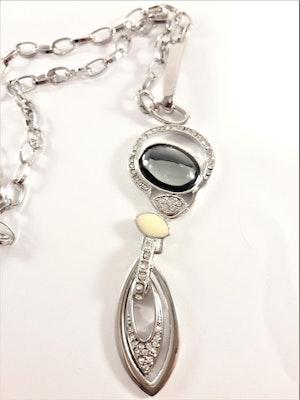 Halsband med detaljer i silverfärg och gnistrande strass