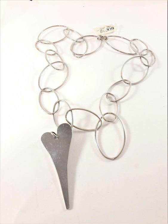 Halsband med stora ovaler och hjärta som hänge i silverfärg