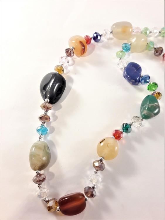 Halsband med stenar i olika färger och storlekar
