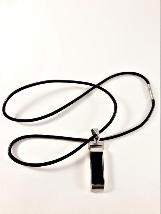 Halsband med sten som hänge i svart
