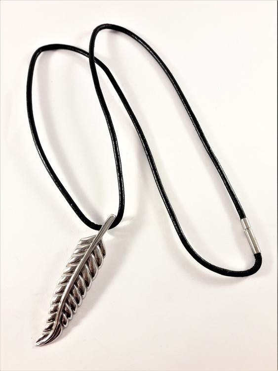 Halsband med löv som hänge i silverfärg