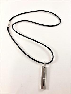 Halsband med hänge i silverfärg