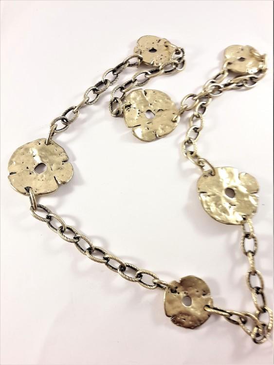 Halsband med hamrade detaljer i guldfärg