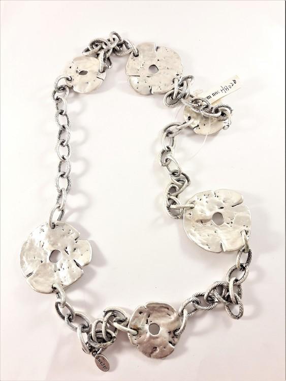 Halsband med hamrade detaljer i silverfärg
