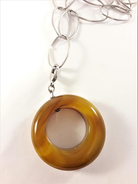 Halsband med länkar i silverfärg och brun rund sten