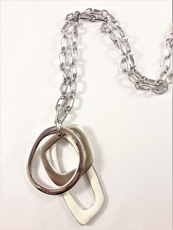 Halsband med detaljer i vit och silverfärg