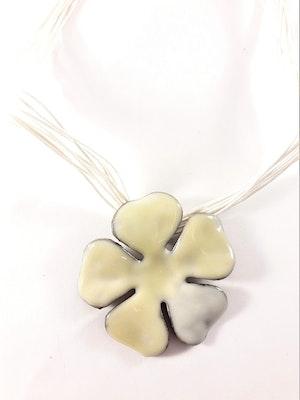 Flerradigt halsband med blomma i vit