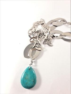 Halsband med länkar i silverfärg och droppformad sten i turkos
