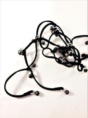 Öppet halsband med mockaband och pärlor i svart