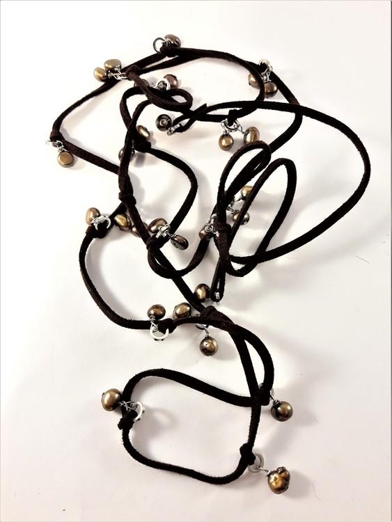 Öppet halsband med mockaband och pärlor i brunt