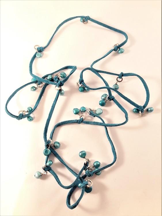 Öppet halsband med mockaband och pärlor i blått