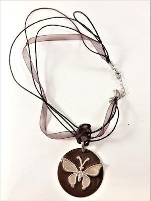 Halsband med platta med fjäril