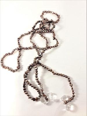Öppet halsband med små pärlor i brunt