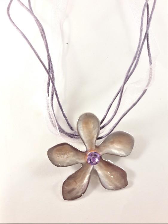 Flerradigt halsband med blomma i lila