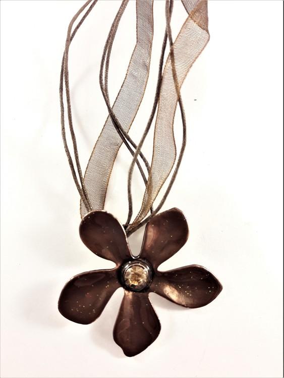 Flerradigt halsband med blomma i brunt
