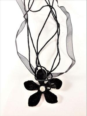 Flerradigt halsband med blomma i svart
