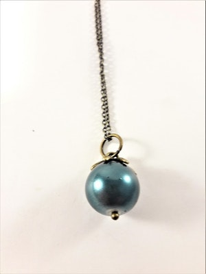 Sött halsband med liten kula i blått