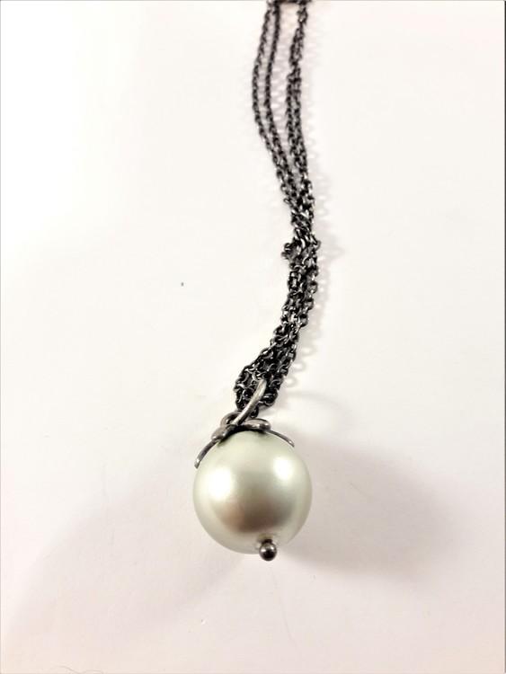 Sött halsband med mellanstor kula i vitt