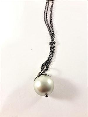 Sött halsband med liten kula i vitt