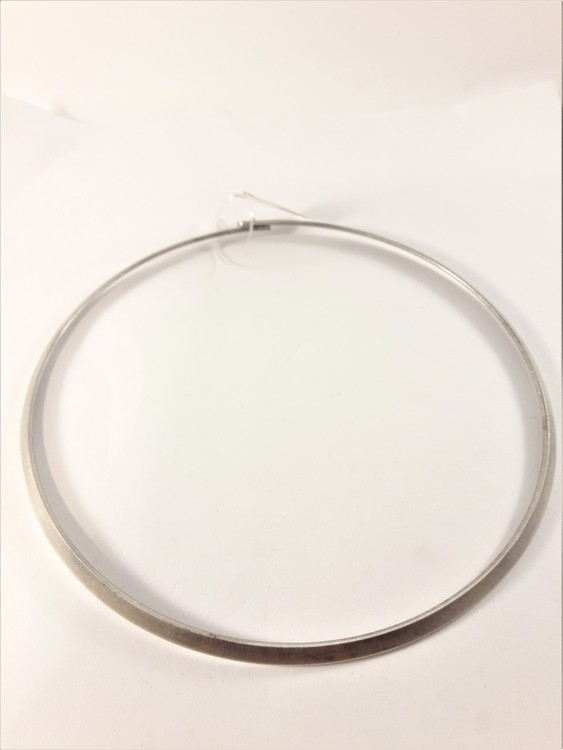 Stelt halsband i matt silverfärg