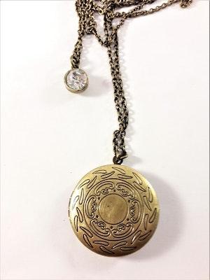 Söt guldfärgad medaljong i dubbel kedja med gnistrande sten och öppningsbart hänge