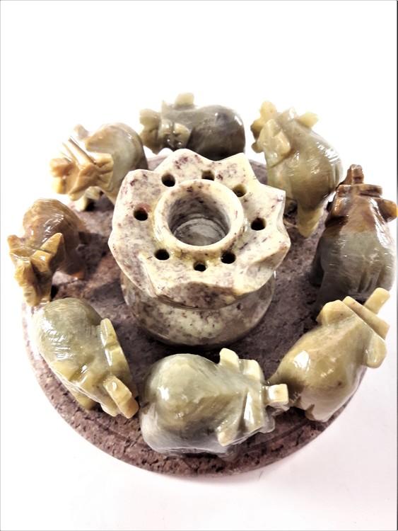 Mycket fin, handgjord, uttäljd, mycket detaljrik ljusstake med små elefanter i sten