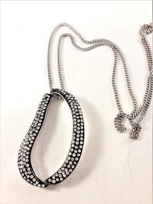 Halsband med ovalt hänge med glittrande strass