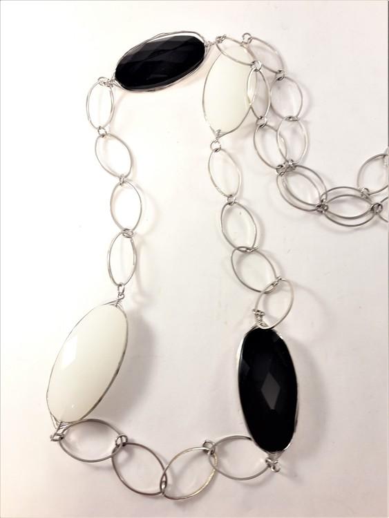 Silverfärgad halsband med stora länkar och ovaler i svart och vitt