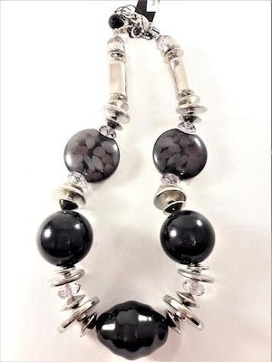 Halsband med stora detaljer i svart och silverfärg
